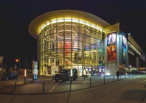 Das Kino Cineplex Baden-Baden, abends im Frühling. Lassen Sie sich vom aktuellen Kinoprogramm verzaubern.